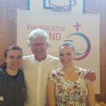 Christina Krauß und Vany mit dem Landesbischof (2)